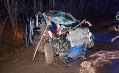 Autofahrer kommt von Fahrbahn ab und prallt gegen Baum - 22-jähriger schwer verletzt: Mannschaftswagen des DRK wird völlig zerstört - Feuerwehr und Rettungsdienst im Einsatz - Straße voll gesperrt