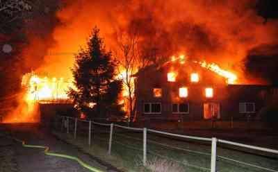 Meterhohe Flammen lodern in den Nachthimmel: Großfeuer zerstört Bauernhof in Schleswig-Holstein: Flammen schlugen schon aus dem Dach als die Feuerwehr eintraf - Über 120 Einsatzkräfte bekämpfen Brand - Bewohner retten sich rechtzeitig ins Freie - Haus vollständig niedergebrannt