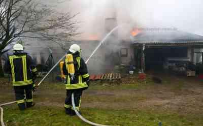 Leiche in ausgebranntem Haus endeckt: Großbrand zerstört Einfamilienhaus: Bei Eintreffen der Feuerwehr brannte Haus schon lichterloh -  Zwei Bewohner werden weiter vermisst - Dachstuhl stürzt während der Löscharbeiten ein