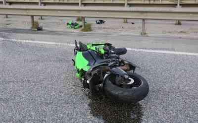Motorradfahrer prallt auf A7 mit hoher Geschwindigkeit in Leitplanke: Biker sofort tot: Autobahn nach Unfall voll gesperrt - Feuerwehr und Rettungsdienst im Einsatz - Motorrad wird nach Unfall rund 200 Meter weit geschleudert