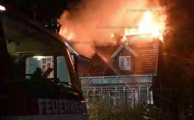 Meterhohe Flammen zerstören Wohnhaus - Älteres Ehepaar und Familie mit zwei Kindern können sich gerade noch rechtzeitig ins Freie retten: Dachstuhl brennt bei Eintreffen der Feuerwehr bereits lichterloh - Über 80 Feuerwehrleute im Einsatz - Stundenlange Löscharbeiten