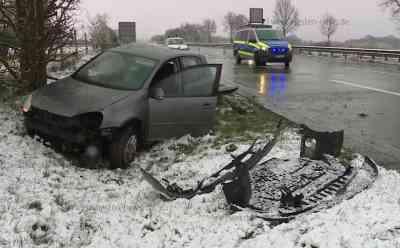 Später Wintereinbruch: Schneefall und Straßenglätte sorgen für Unfall - Fahrer schwer verletzt: Auto war nach Polizeiangaben mit Sommerreifen unterwegs - Fahrer von Autobahn abgekommen und gegen Baum geprallt