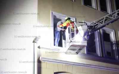 Dramatischer Brand: Feuerwehr muss sechs Menschen aus verqualmtem Haus retten: Rettung über Drehleiter (on Tape) - Anbau auf dem Hinterhof war in Brand geraten - Giftiger Qualm zieht durch angrenzendes Wohnhaus