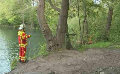 Mysteriöser Leichenfund: Spziergänger finden leblosen Mann in Baggersee: Hintergründe noch unklar - Notarzt kann nur noch den Tod des ungefähr 30 Jahre alten Mannes feststellen