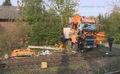 Mindestens 25 Verletzte: Regionalzug kollidiert an Bahnübergang mit Lastwagen: LKW war auf Bahnübergang liegengeblieben - Zug kann nicht mehr rechtzeitig bremsen - Feuerwehr muss Lokführer befreien - Rettungskräfte mit Grossaufgebot im Einsatz