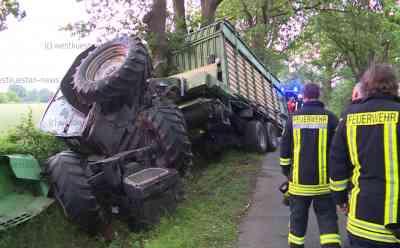 Auto prallt frontal in Traktorgespann: Zwei Schwerverletzte: Traktor stürzt nach dem Unfall um - Auto- und Traktorfahrer können sich selbst befreien - Straße stundenlang gesperrt