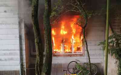 Dramatischer Wohnungsbrand: Feuerwehr muss 13 Menschen aus brennendem Haus retten - Acht Verletzte: Brand war in Erdgeschosswohnung ausgebrochen - Feuerwehr rettet auch neun Katzen aus dem Gebäude - Wohnung komplett ausgebrannt