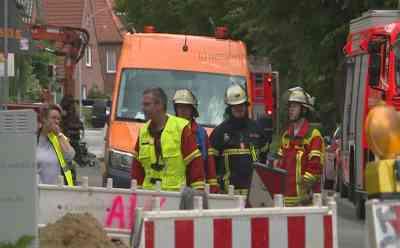 Gasleitung bei Bauarbeiten schwer beschädigt: Gasgeruch war deutlich wahrzunehmen - Stadtwerke sprechen von größerer Gasstörung - Polizei evakuierte sofort ein angrenzendes DEKRA-Schulungszentrum sowie drei Häuser