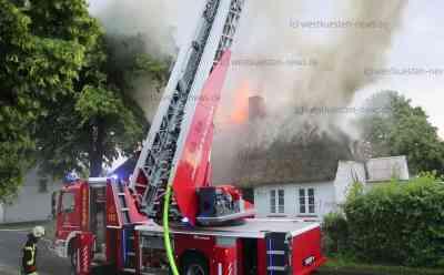 Blitzschlag setzt Reetdachhaus in Brand: Meterhohe Flammen zerstören über 200 Jahre altes Gebäude: Besitzer im O-Ton - Feuerwehr im Großeinsatz - Blitz schlug genau in Reetdachhaus ein - Ein Bewohner verletzt