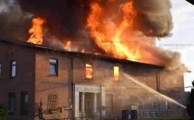 Verheerender Großbrand vernichtet Bauernhaus: Familie verliert ihr gesamtes Hab und Gut: Exclusive Bilder vom lichterloh brennenden Haus - Zunächst hatte nur ein Radlader neben dem Haus gebrannt, Feuer griff dann auf Hausdach über - Ein Verletzter