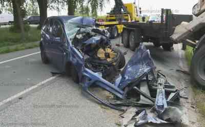 Auto kracht in LKW: Für den Fahrer kam jede Hilfe zu spät: LKW stürzt dabei in den Graben - Beifahrerin kam mit Schock ins Krankenhaus - LKW-Fahrer wurde leicht verletzt