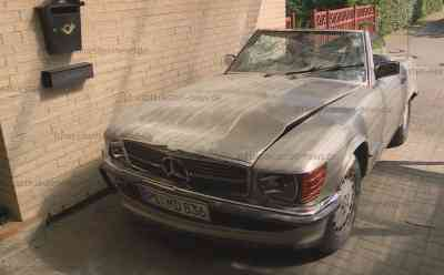 Autofahrer kracht durch Garage: Fahrer durch Hitze kollabiert: Garagenwand völlig zerstört - Altes Mercedes-Cabrio nur noch Schrottwert