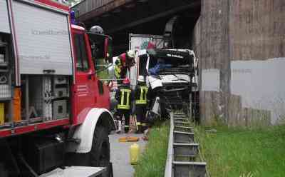 Schwerer Unfall auf der B5 - LKW rammt Eisenbahnbrücke: Der Fahrer eines LKW mit fest verbautem Gelenkkran war in Fahrtrichtung Husum unterwegs als er mit dem Ausleger des Krans unter einer Eisenbahnbrücke hängen blieb.