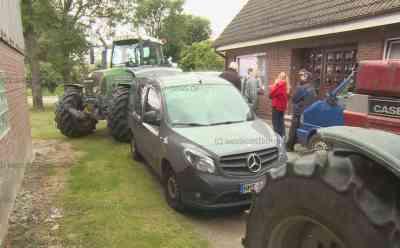 Landwirte haben genug von ständigen Kontrollen: Auto von Kontrolleuren des Landesamtes wird mit Traktoren blockiert: Veterinäre waren zu unangemeldeter Kontrolle auf dem Hof aufgetaucht - Landwirte rebellieren gegen Kontrollwut - Anzeige gegen Traktorfahrer