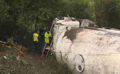Explosionsgefahr: Tanklaster mit 30.000 Litern Benzin von Autobahn 23 gestürzt - Fahrer drei Stunden eingeklemmt: Lastzug war 15 Meter Hohe Böschung hinabgestürzt - 30.000 Liter Benzin müssen umgepumpt werden - LKW-Fahrer Schwerverletzt - Rettung des Fahrers gestaltete sich schwierig