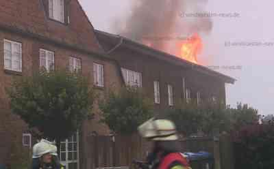 Schreck am Morgen: Meterhohe Flammen schlagen aus Dach von Mehrfamilienhaus: Alle Bewohner können sich rechtzeitig ins Freie retten - Über 100 Feuerwehrleute im Einsatz - Flammen werden von Drehleiter aus bekämpft