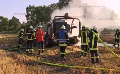 Hitze und Trockenheit sorgen weiter für Brände: Traktor mit Ballenpresse brennen lichterloh auf Feld: Keine Verletzten - Feuer hatte schon auf Feld übergegriffen - Traktor und Ballenpresse völlig zerstört