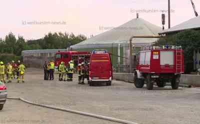 Biogasanlage explodiert: Zwei Schwerverletzte müssen mit Rettungshubschraubern in Spezialkliniken geflogen werden: Fermenter war plötzlich mit großer Wucht explodiert - Feuerwehr und Rettungsdienst im Großeinsatz - Exclusive Bilder: Zwei Rettungshubschrauber an Einsatzstelle