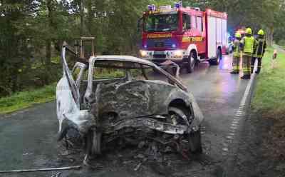 Auto prallt gegen Baum und geht in Flammen auf: 33-jährige Fahrerin verbrennt nach Unfall in ihrem Wagen: Fahrzeug war am frühen Morgen aus ungeklärter Ursache gegen Baum geprallt - Wagen stand bei Eintreffen der Feuerwehr lichterloh in Flammen - Landstraße rund vier Stunden voll gesperrt