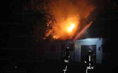 Nächtliches Flammenmeer zerstört altes Bauernhaus : Besitzer hatten vor kurzem mit Renovierung des Hauses begonnen - Dachstuhl stand beim Eintreffen der Feuerwehr schon in Vollbrand - Bagger muss Teile des Gebäudes einreißen