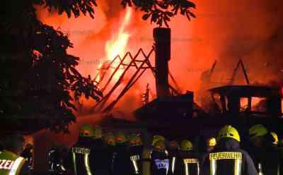 Historisches Haus niedergebrannt: Flammenmeer vernichtet über 320 Jahre altes Wohnhaus auf bekanntem