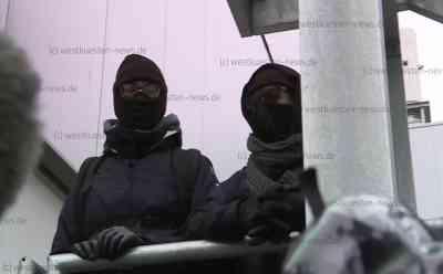 Vermummte Aktivisten blockieren Schlachthof der Tönnies-Gruppe - Polizei hat mit Räumung begonnen: Insgesamt über 25 Demonstranten befinden sich auf dem Gelände - Polizei kündigt Räumung an - Schlachthof kann derzeit nicht beliefert werden