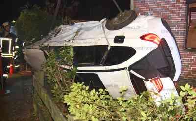 Alkoholisiert und viel zu schnell: 21-jährige kracht mit 340 PS starkem BMW in Wohnhaus: Fahrerin und Beifahrer im Wagen eingeschlossen - BMW wird völlig zerstört - Statiker muss beschädigtes Haus untersuchen