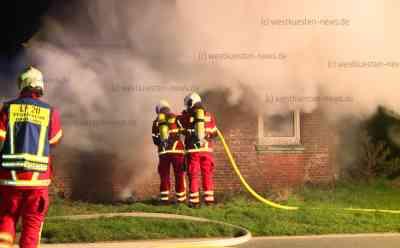 Tödliches Feuer: Feuerwehr findet leblosen Mann in licherloh brennendem Haus - Einfamilienhaus brennt vollständig aus: Verletzter kann vor Ort wiederbelebt werden, stirbt aber später in Klinik - Feuer war aus noch ungeklärter Ursache ausgebrochen - Über 50 Feuerwehrleute im Einsatz