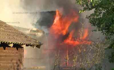 Holzhaus ist nicht zu retten: Feuer im Obergeschoss breitet sich aus - Haus steht plötzlich in Vollbrand: Durchzündung des Feuers on tape - Bewohnerin versucht noch selbst zu löschen - Meterhohe Flammen schlagen aus Gebäude - Über 120 Einsatzkräfte vor Ort