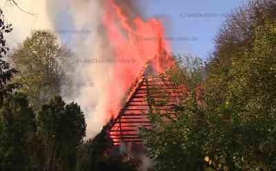 Rauchsäule kilometerweit zu sehen: Abgelegenes Reetdachhaus steht lichterloh in Flammen: Sehr schwierige Löschwasserversorgung - Feuerwehr muss Schlauchleitung über mehrere hundert Meter verlegen - Keine Verletzten