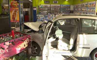 VW Lupo kracht durch Schaufensterscheibe in Videothek: Fahrer und Verkäuferin kommen verletzt ins Krankenhaus: PKW kommt im Laden zum stehen - Erheblicher Sachschaden von zirka 60.000€ - Fahrer musste vom Rettungsdienst befreit werden - DEKRA-Sachverständiger vor Ort