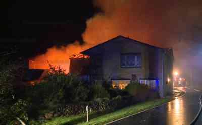 Großbrand in Wrohm: Flammen zerstören angrenzende Scheune mit Wohnhaus: Anwohner konnten sich in Sicherheit bringen - Feuer griff auf das Wohnhaus über - Löschwasserversorgung gestaltete sich schwierig