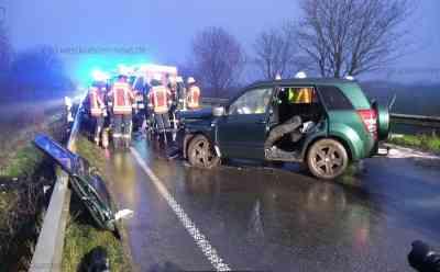 Stundenlange Vollsperrung: Drei Verletzte bei Frontalzusammenstoß auf der B200: Ein Autofahrer musste von Feuerwehr befreit werden - SUV-Fahrer war in Gegenverkehr geraten - Unfallgegnerin ebenfalls verletzt