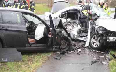 Unfalldrama auf Landstraße: Mutter und Onkel sterben bei schwerem Unfall - Kind überlebt und wird mit Rettungshubschrauber in Klinik geflogen: BMW  hatte sich quer gestellt, nachdem der Fahrer auf den Grünstreifen geraten war - Weitere BMW prallte in Beifahrerseite - Unfallgegner ebenfalls schwer verletzt - Retter im Großeinsatz