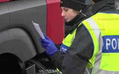 Coronavirus: Deutsche Grenzen dicht - Polizei kontrolliert gesamten Fahrzeugverkehr an der Grenze zu Dänemark: Technisches Hilfswerk baute Kontrollstelle auf - Seit 8.00 Uhr Einreise nur noch für Deutsche Staatsbürger und Pendler möglich