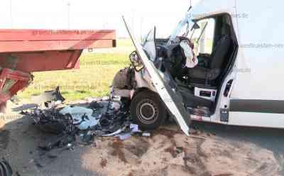 Zwei Tote: Paketdienst-Sprinter prallt auf abbiegendes Traktorgespann - Fahrer und Beifahrer sterben: Männer wollten offenbar Pakete an Kunden ausliefern - Feuerwehr führt Sofortrettung der Insassen durch - Traktorfahrer erleidet Schock
