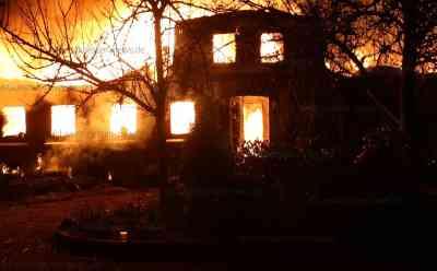 Meterhohe Flammen lodern in den Nachthimmel: Reetdachanwesen bei Großfeuer zerstört: Haus stand beim Eintreffen der Feuerwehr schon lichterloh in Flammen - Bewohner erleidet Brandverletzung - Über 100 Feuerwehrleute im Einsatz