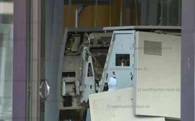 Kriminelle sprengen Geldautomat in Bankfiliale und gelangen an Geldkassetten: Zwei Tatverdächtige wurden gefasst - Ein Täter noch auf der Flucht - Sprengung erfolgte offenbar gegen kurz nach 4 Uhr - Polizei fahndet mit großem Kräfteaufgebot und Hubschrauber