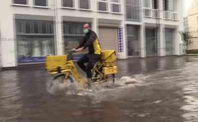 Gewitterschauer setzten Straßen und Keller unter Wasser: Feuerwehren im Dauereinsatz: Starkregen überflutete Straßen - Über 40 Feuerwehreinsätze in kurzer Zeit - Polizei muss Fahrbahnen absperren - Mehrere Gebäude und Keller vom Regenwasser geflutet