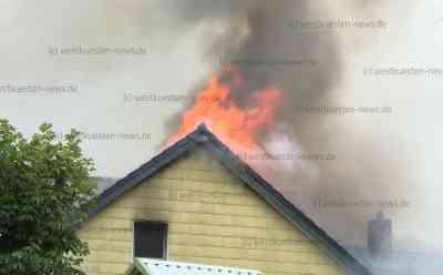 Meterhohe Flammen lodern aus dem Dach: Großfeuer zerstört Zuhause von fünfköpfiger Familie: Eltern und Kinder grillten gerade im Garten, als sie den Brand bemerkten - Familie hatte das Haus aufwändig saniert - Feuerwehr stundenlang im Großeinsatz