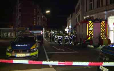 Großeinsatz der Polizei: Mann behauptet Sprengstoff in der Tasche zu haben: Kampfmittelräumdienst rückt an - Polizei sperrt Straße weiträumig ab