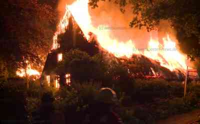Millionenschaden nach Großfeuer: 270 Jahre altes, Reetdachhaus und Nebengebäude lichterloh in Flammen: Denkmalgeschütztes Gebäude stand für 1,65 Millionen Euro zum Verkauf - Zunächst brannte eines der Gebäude, Feuer griff dann schnell über - Keine Verletzten