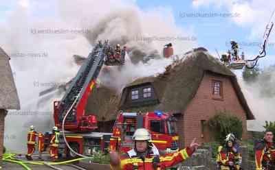 Funken setzen Dach in Brand – Reetdachhaus zerstört - Rauchentwicklung war kilometerweit zu sehen: Reetdach wurde gerade erneuert - 130 Einsatzkräfte vor Ort - Gebäude war nicht mehr zu retten - Anwohner retten sich ins Freie