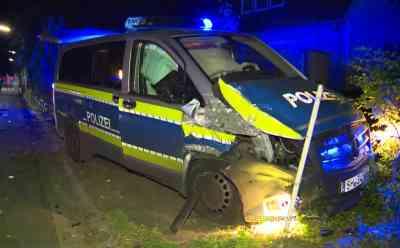 Verkehrsunfall mit einem Streifenwagen - Eine Person schwer verletzt: Auf Einsatzfahrt kollidiert ein Streifenwagen mit einem anderen Fahrzeug - Autofahrerin schwer verletzt