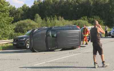 Unfallchaos auf der Autobahn mit acht Verletzten: A23 nach Unfällen auf beiden Richtungsfahrbahnen mehrere Stunden komplett gesperrt: Zunächst Zusammenstoß zwischen zwei Autos - Rückstau in Gegenrichtung durch Sperrung der Auffahrt - Während Aufräumarbeiten dann weiterer schwerer Unfall auf Gegenspur