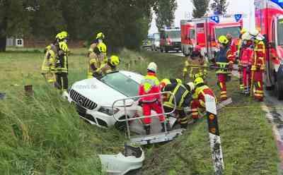 Sieben Verletzte nach Vorfahrtsmissachtung: Kleinbus rammt Mercedes in Straßengraben: Auch drei Kinder verletzt - Beifahrerin des Mercedes im Fahrzeug eingeklemmt - Kleinbus hatte Vorfahrt an Kreuzung missachtet