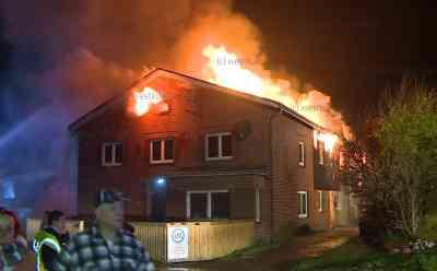 Flammen lodern meterhoch in den Nachthimmel: Großfeuer zerstört komplettes Mehrfamilienhaus: Brand war hinter dem Haus ausgebrochen und hatte dann übergegriffen - Brand erfasste dann ganzes Haus mit mehreren Wohneineheiten - Keine Verletzten - Haus komplett ausgebrannt