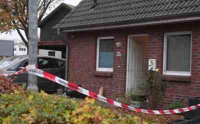Grausige Entdeckung: Frauenleiche nach Brand in Wohnhaus gefunden - Ehemann lebensgefährlich verletzt: Feuerwehr war zu Rauchentwicklung alarmiert worden - Retter finden Leiche der Frau (41) in Doppelhaushälfte - Mordkommission hat Ermittlungen aufgenommen