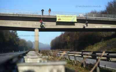 Klima-Aktivisten seilen sich von A7-Brücke ab – Autobahn in beide Richtung voll gesperrt - Aktivisten müssen von Polizei mit Drehleiter von Brücke entfernt werden: Aktivisten wollen auf Klimaprobleme hinweisen sowie Sympathie mit Aktivisten im Danneröder Forst zeigen - Polizei sperrt Autobahn vollständig