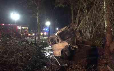 Ersthelfer retten eingeklemmten Autofahrer aus lichterloh brennendem Wagen - Mann war zuvor mit Transporter gegen Baum geprallt: Ersthelfer im O-Ton: